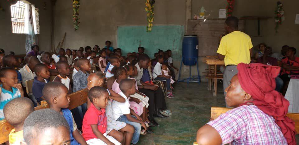 어린이들이 귀를 쫑긋하며 말씀을 듣고 있다.