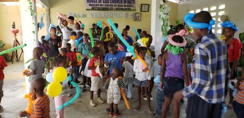 풍선아트 환영식에 어린이들이 좋아하고 있다.