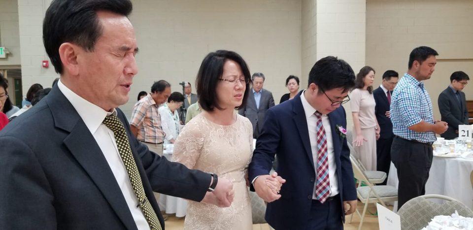 한태일 목사 부부와 지성호 나우 대표가 손을 잡고 북한인권을 위해 기도하고 있다.
