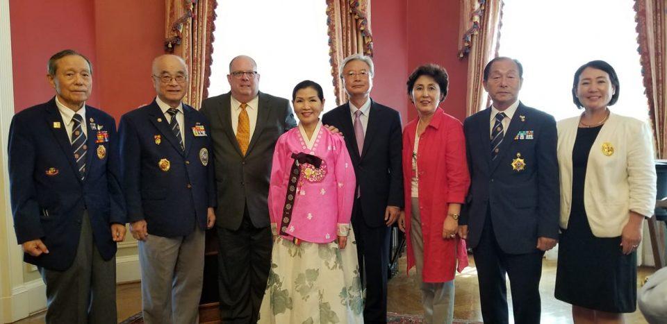 조윤제 대사와 래리호건 주지사,유미호건 여사가 한인들과 기념사진을 찍고 있다.