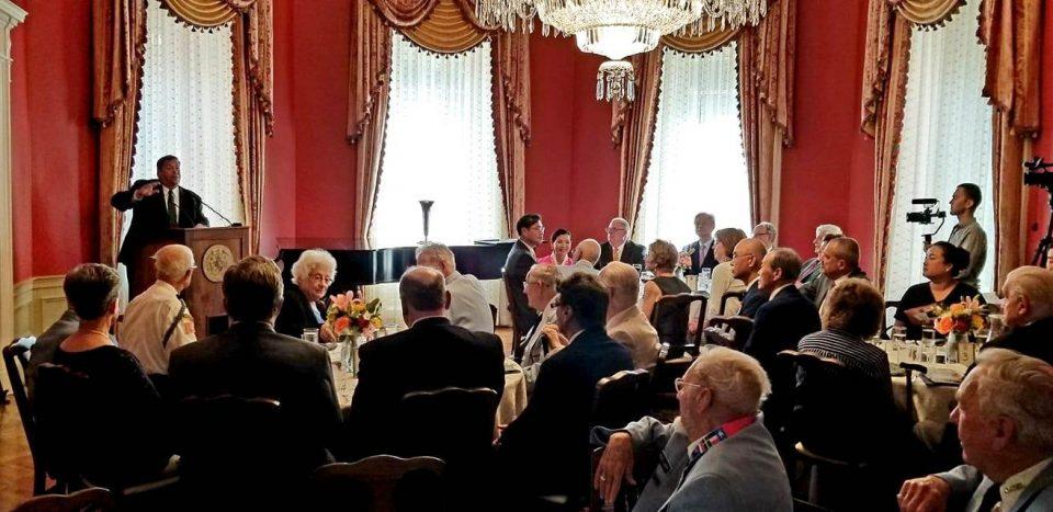 짐 피셔 사무총장이 사회를 보고 있다.