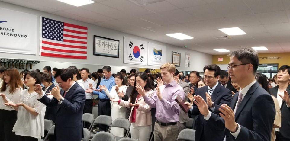 선한 열매 교회 설립기념 감사예배 참석자들이 중보기도를 하고 있다.