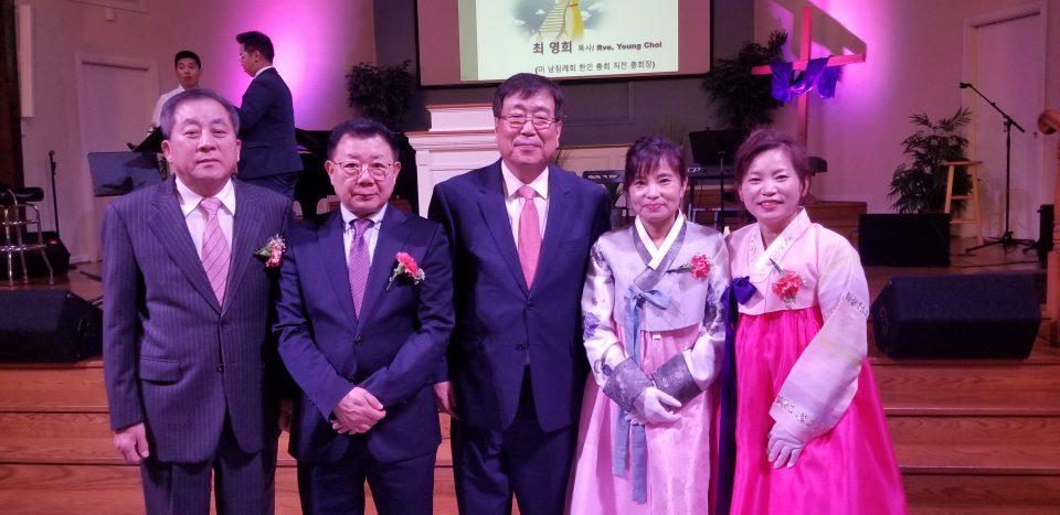 새벽빛 교회 안수집사와 권사 임직자들과 최정규 목사(중앙)