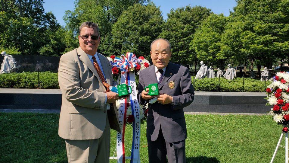 김인철재향군인회 미동부지회장이 짐 피셔 사무총장에게 기념컵을 전달하고 있다.