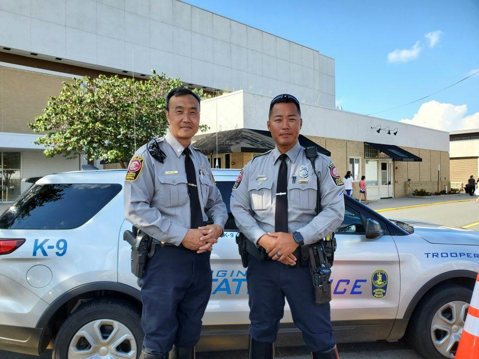 경찰채용홍보에 나서는 건 리 페어팩스경찰부국장(왼쪽)과 한인경찰