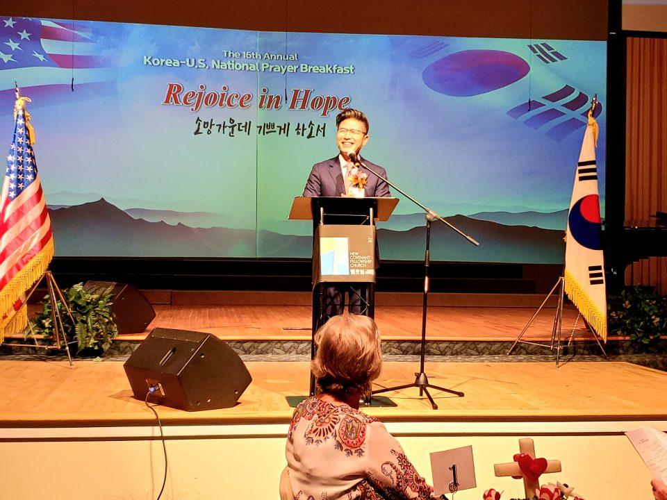 고문 류응렬 목사(와싱톤중앙장로교회)가 축사를 전하고 있다.